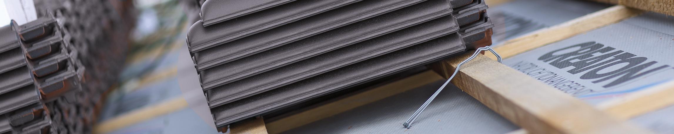 Jakie są główne zalety zastosowania dachówek ceramicznych na dachu?